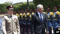 24일이집트 카이로에 도착해 의장대의 환영을 받는 척 헤이글 미 국방부 장관(오른쪽)과 마중 나온 압델 파 타 알 시시 이집트 국방장관.