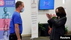 Potpredsednica SAD Kamala Haris aplaudira Amerikancu koji se vakcinisao u improvizovanoj klinici u okviru crkve Ebenezer u Atlanti, 18. juna 2021.