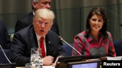 Presiden AS Donald Trump berbicara sedang Dubes AS untuk PBB Nikki Haley menyimak dalam sidang PBB membahas masalah penyalahgunaan obat sebagai rangkaian Sidang Umum PBB ke-73 di New York, 24 September 2018.