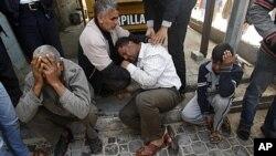 Người Palestine than khóc tại một bệnh viện sau vụ không kích của Israel ở Khan Younis, miền nam Dải Gaza, ngày 10/3/2012