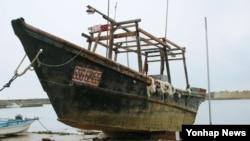 2일 일본 해안에서 발견된 북한 선박으로 추정되는 목조선.