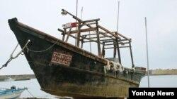 최근 일본 이시카와 현의 노토 반도에서 발견된 국적 불명의 표류 선박. 조업을 위해 출항한 북한 어선으로 추정된다는 견해가 제기됐다. (자료사진)