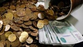 Giấy bạc 1.000 rúp và đồng kim loại 10 và 50 kopeck của Nga