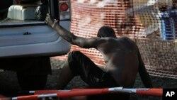 Một người đàn ông nhiễm Ebola quá yếu để đứng lên được đưa tới trung tâm cách ly và điều trị ở Monrovia. Liberia ghi nhận hơn 4.000 ca Ebola và hơn 2.300 trường hợp tử vong, cao nhất trong các nước bị ảnh hưởng bởi dịch bệnh này.