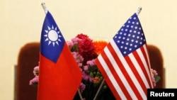 台湾与美国国旗并排摆放