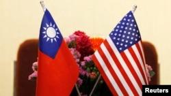 美國和台灣國旗並排擺放 。
