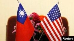 Hai lá cờ của Hoa Kỳ (phải) và Đài Loan.