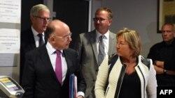 Le ministre français de l'Intérieur Bernard Cazeneuve, à gauche, parle au maire de Calais, Natacha Bouchart, a Calais, France , 2 septembre 2016