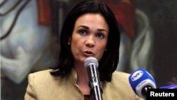 """La vicepresidenta y canciller de Panamá, Isabel de Saint Malo, asegura que su país está en una posición cómoda """"en el medio""""."""