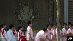 资料照:在美国驻华大使馆外排队等候签证申请面试的中国学生。