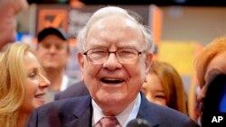 El Presidente y CEO de Berkshire Hathaway, Warren Buffett, se ríe mientras recorre el piso de exhibición en CenturyLink Center en Omaha, Nebraska, el sábado 6 de mayo de 2017, donde las filiales de la compañía exhiben sus productos.