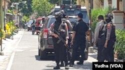 Suasana penggeledahan rumah terduga teroris, inisial JML, yang ditangkap Densus Anti teror di Pajang Laweyan Solo, Senin, 18 November 2019. (Foto: VOA/ Yudha Satriawan)