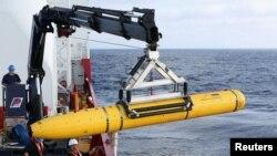 지난 14일 남인도양 말레이시아 실종 여객기 수색 해역에서, 무인 잠수정 '블루핀 21'을 이용한 해저 수색을 준비 중이다.