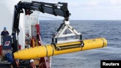 지난 2014년 4월 미 해군이 인도양에서 실종된 말레이시아 여객기 MH370을 수색하기 위해 무인 해양 잠수정을 이용하고 있다. 미 법무부가 해양 잠수정에 사용되는 군사 기술을 중국으로 유출시킨 혐의로 중국인 여성을 기소했다. (자료사진)
