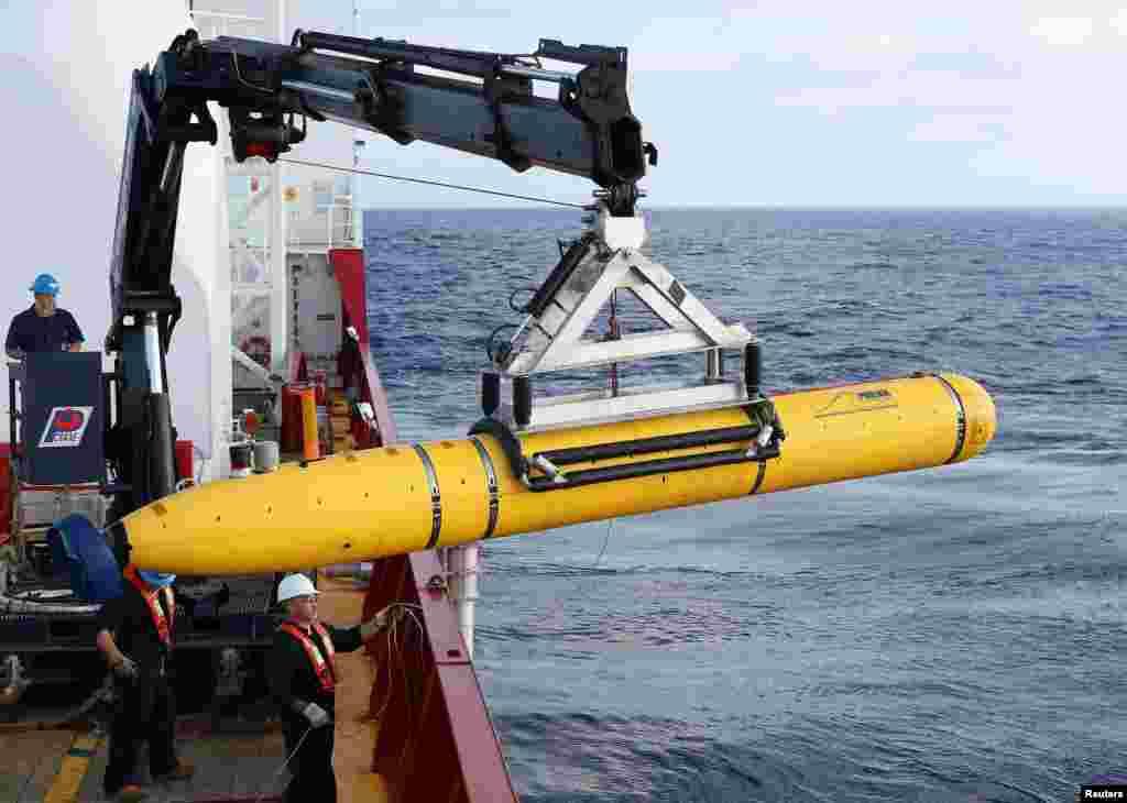 Thủy thủ trên tàu Ocean Shield của Australia chuyển chiếc xe tự hành dưới nước Bluefin-21 của Hải quân Mỹ vào vị trí để sẽ sử dụng trong việc tìm chiếc máy bay mất tích của hãng hàng không Malaysia MH370 ở nam Ấn độ dương 14/4/14