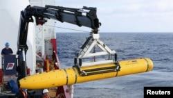 Awak kapal Australia Ocean Shield memindahkan kapal selam AS Bluefin-21 untuk diluncurkan ke Samudera Hindia untuk mencari Malaysia Airlines (14/4).