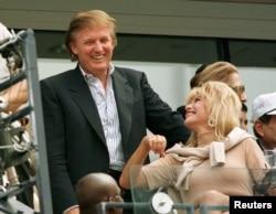 ນັກພັດທະນາ ທ່ານ Donald Trump ລົມກັບອະດີດພັນລະຍາ ນາງ Ivana Trump ໃນລະຫວ່າງ ການແຂ່ງຂັນກັອຟ ເພດຊາຍ ຮອບສຸດທ້າຍ ຂອງລາຍການ U.S. Open.