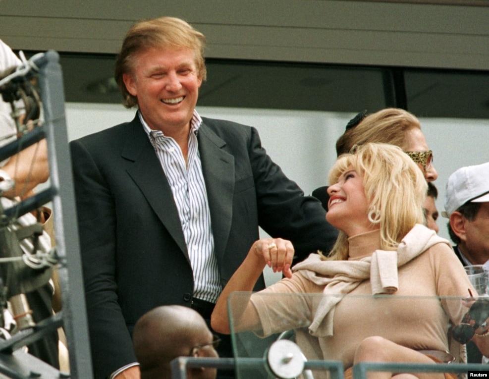 1997年9月7日,川普和他的前妻伊万娜·川普在一場球賽中交談(資料圖)