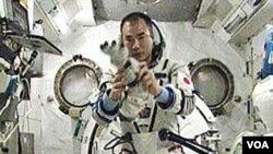 Salah satu dari tiga astronot yang baru mendarat kembali di bumi, Soichi Noguchi dari Jepang.