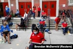Para guru bekerja di luar gedung sekolah untuk alasan keamanan di tengah pandemi virus corona (COVID-19) di Brooklyn, New York, 14 September 2020. (Foto: Brendan McDermid/Reuters)