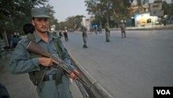 Polisi Afghanistan berjaga-jaga di ibukota Kabul (20/9).