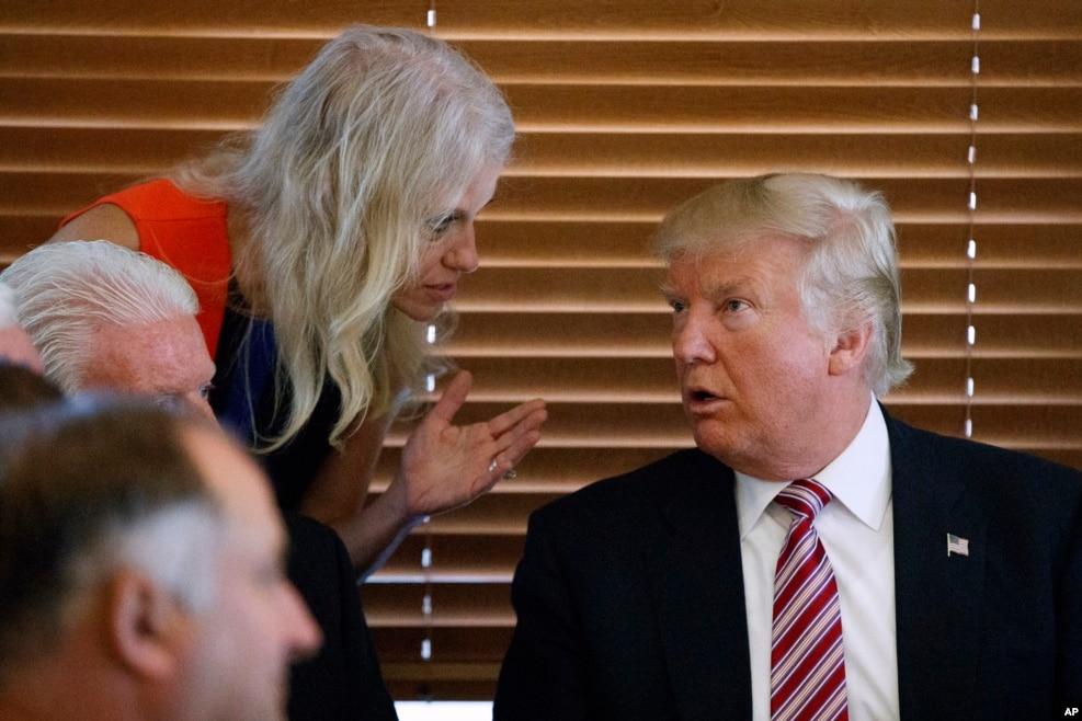 川普的竞选经理康威(女)和他交谈