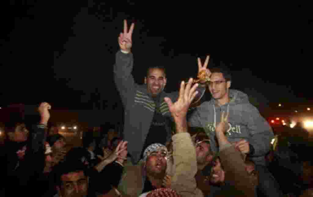 Prisioneros palestinos celebran después de su liberación.