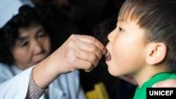 지난 2016년 북한 함경북도 수해지역에 마련된 임시진료소 직원이 유니세프가 지원한 백신과 비타민 보충제, 구충약을 어린이에게 투약하고 있다.