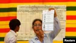 Viên chức phụ trách bầu cử tại một phòng đầu phiếu trong thủ đô Phnom Penh, 28/713