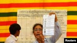 Izborni funkcioneri pokazuje glasački listić u Pnom Penu u Kambodži. 28. juli, 2013.