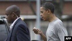 Predsednik Obama napušta Fort Mekner posle košarkaške utakmice na kojoj je dobio udarac u lice