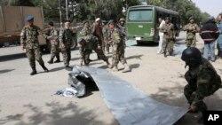 Binh sĩ Afghanistan tại hiện trường vụ tấn công tự sát ở Kabul, ngày 2/7/2014.