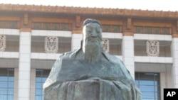曾经矗立在北京国家博物馆前的孔子雕像