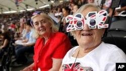 Khán giả trong lễ khai mạc Olympic London 2012 tại sân vận động Olympic, 27/7/2012