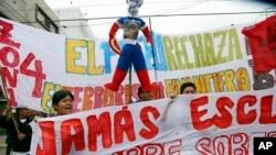 """Durante marcha contra el FMI y el Banco Mundial en Perú disfrazan a la directora del FMI, Christine Lagarde como """"Capitán América""""."""