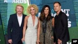 ຈາກຊ້າຍ Phillip Sweet, Kimberly Schlapman, Karen Fairchild ແລະ Jimi Westbrook ຂອງວົງ Little Big Town ໃນງານດົນຕີ CMT Music Awards ທີ່ນະຄອນ Nashville, Tennessee, 10 ພຶດສະພາ 2015.