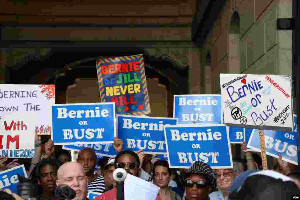 حامیان سندرز در مقابل شهرداری فیلادلفیا تجمع کردند.