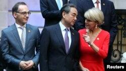 Ngoại trưởng Úc Julie Bishop nói chuyện với Ngoại trưởng Trung Quốc Vương Nghị, bên cạnh là Ngoại trưởng Đức Heiko Maas tại hội nghị các ngoại trưởng G20 ở Buenos Aires, Argentina, ngày 21/5/2018.