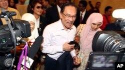 10일 말레이시아 야당 지도자 안와르 이브라힘이 법원에 도착하고 있다.