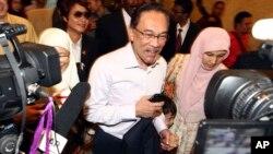 Pemimpin oposisi Malaysia, Anwar Ibrahim saat tiba di pengadilan Putrajaya, Malaysia, Selasa (10/2).