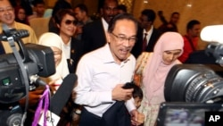Pemimpin oposisi Malaysia, Anwar Ibrahim (tengah), diba di pengadilan di Putrajaya, Malaysia, Selasa (10/2).