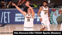 Nikola Jokić i Džamal Mari slave plasman u finale Zapadne konferencije posle pobede nad Los Anđeles Klipersima u sedmoj utakmici drugog kola NBA plej-ofa (Foto: Reuters/Kim Klement-USA TODAY Sports)