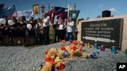 Tư liệu- Người dân cầm cây thánh giá Chính Thống giáo khi tham dự một lễ tưởng niệm các nạn nhân vụ tai nạn của máy bay MH17, gần làng Hrabove, phía đông Ukraine, ngày 17 tháng 07 năm 2015.