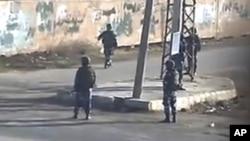 ທະຫານບ້ານທີ່ນິຍົມລັດຖະບານ ລາຕະເວນຕາມຖະໜົນຫົນທາງສາຍຕ່າງໆ ທີ່ເມືອງ Daraa ໃນພາກໃຕ້ ຂອງຊີເຣຍ (14 ທັນວາ 2011)