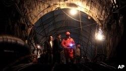 2010年11月21日四川省威远县小河镇芭田煤矿被淹,救援人员赶到现场 (资料照片)