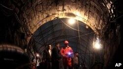 Para pekerja tambang di provinsi Sichuan, China (foto: dok). Insiden ledakan di tambang batu bara kembali mengguncang propinsi Guizhou, China, Kamis (27/11).