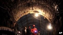 Para pekerja tambang di provinsi Sichuan, Tiongkok (foto: dok). Ledakan di tambang batu bara Tiongkok menewaskan sedikitnya 19 orang, Kamis (30/8).