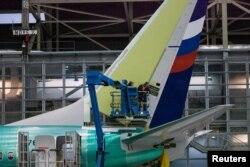 지난 2015년 미국 워싱턴주 랜턴의 보잉공장에서 직원들이 보잉 '737 NG' 기종의 날개 부분을 작업하고 있다. (자료사진)