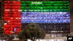 ساختمان شهرداری شهر تل آویو اسرائیل با رنگ های پرچم امارات متحده عربی ملون شده است - ۱۳ اوت ۲۰۲۰