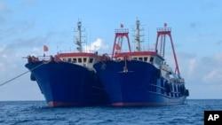 Dalam foto National Task Force-West Philippine Sea, terlihat kapal-kapal China berlabuh di Whitsun Reef, Laut China Selatan pada 27 Maret 2021. (Foto: AP)